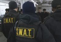 Detective Smith briefs SWAT team