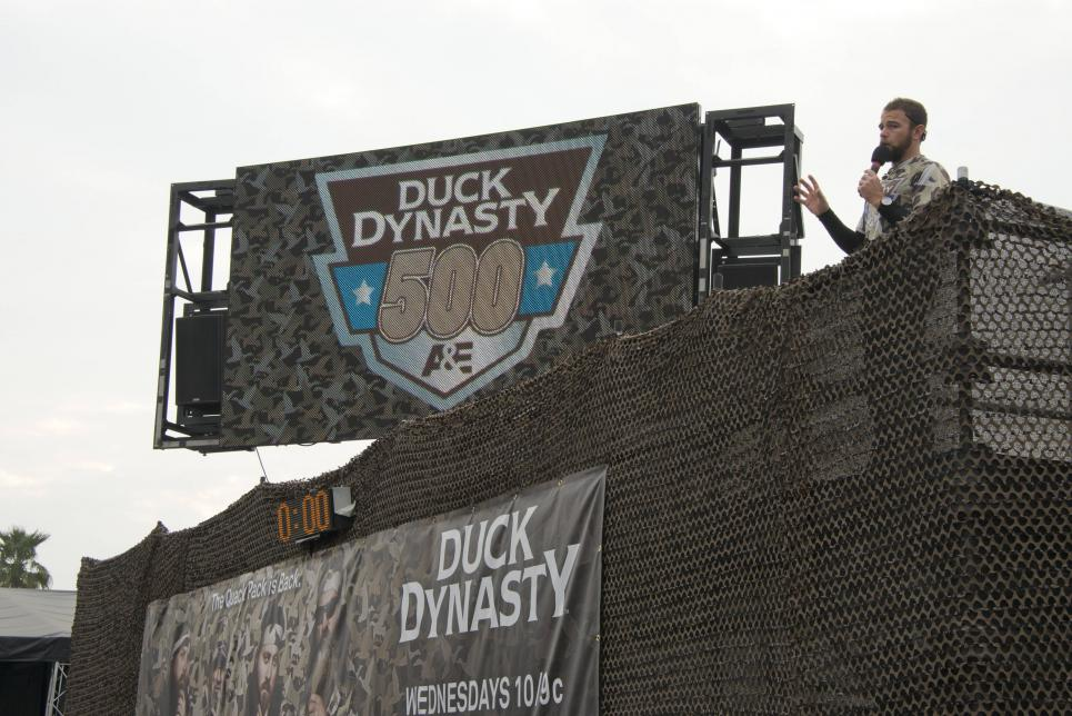 Announcer lists rules of Duck Dynasty 500