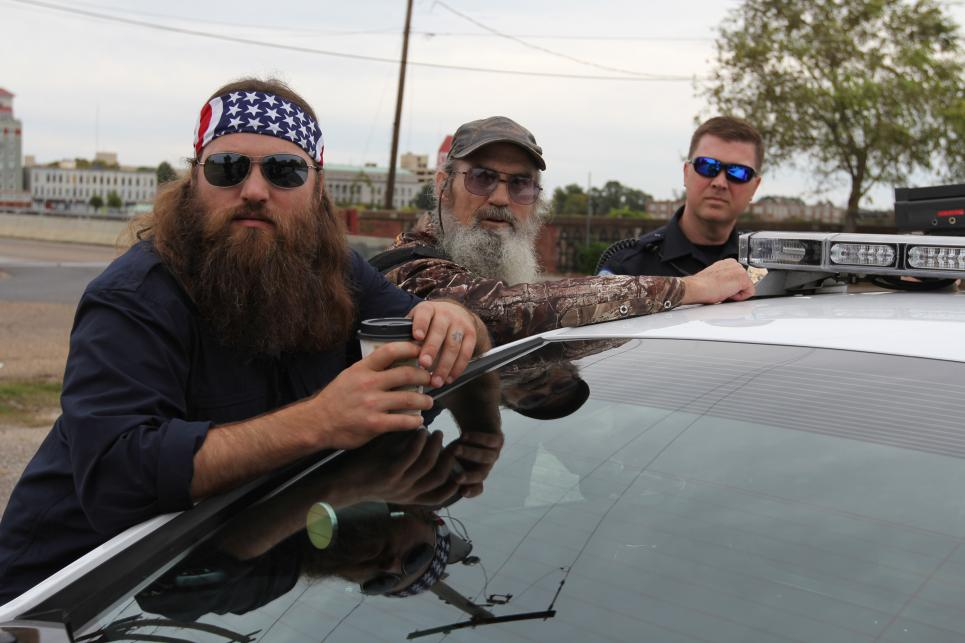 Willie and Si join Officer McGrew on speed trap