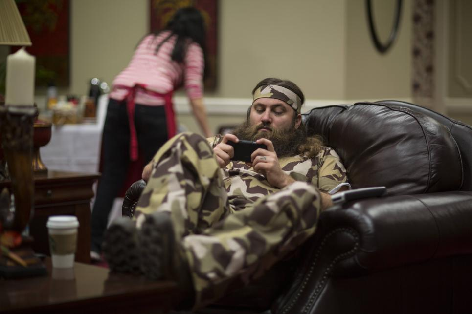 Willie checks phone at camo shoot