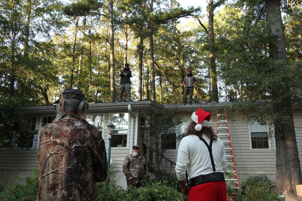 Willie and Si watch Jase put up Christmas lights