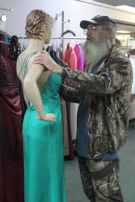 Si dances with mannequin