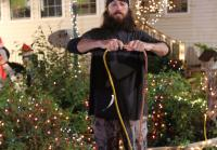 Jase plugs in Christmas lights