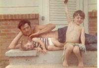 Young Si plays with nephews Willie and Jase